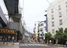 8.TSUTAYAから道路挟んで右手に当ホテルがあります。